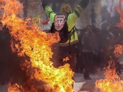 Boutiques pillées, jets de pavés sur les policiers, immeubles incendiés: la fureur jaune s'empare de Paris (PHOTOS + VIDEOS)