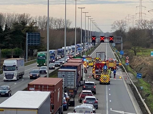 E313 richting Antwerpen volledig versperd na ernstig ongeval in staart van file