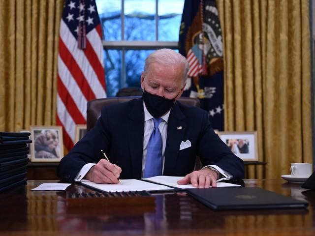 États-Unis : les Américains vaccinés n'ont plus besoin de masque, annonce Biden
