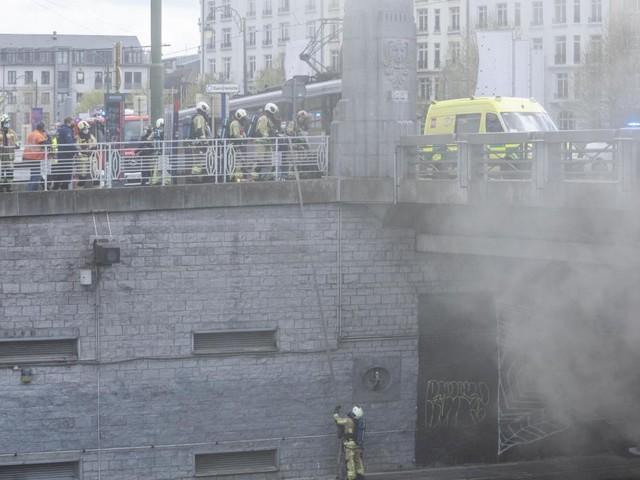 Bruxelles: le pont Sainctelette se noie dans la fumée depuis 12h30 (photos)