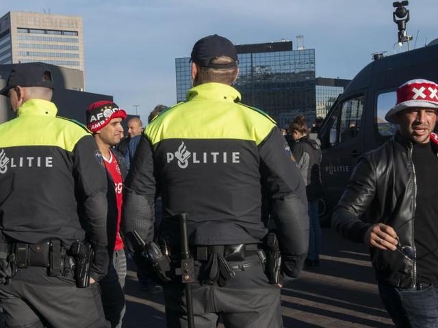 Quatre Belges interpellés par la police à proximité du stade où se déroule le match AZ Alkmaar-Antwerp: ils étaient en possession de gants renforcés