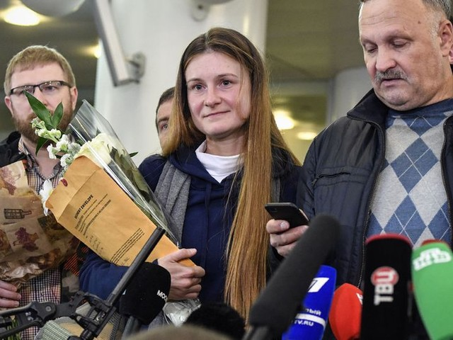 Vermeende Russische spionne Maria Boetina is terug in Moskou na vrijlating uit Amerikaanse cel