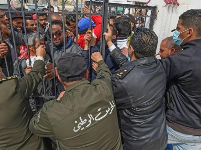 Tunisie: des centaines de précaires manifestent contre le confinement