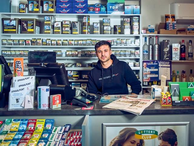 Nasim ruilt job tussen de bouwmaterialen in voor eigen dagbladhandel