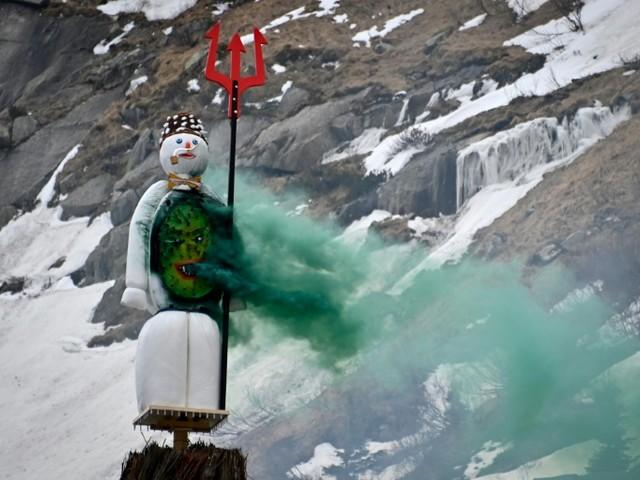 Le bonhomme d'hiver de Zurich chasse les mauvais jours depuis le coeur des montagnes suisses