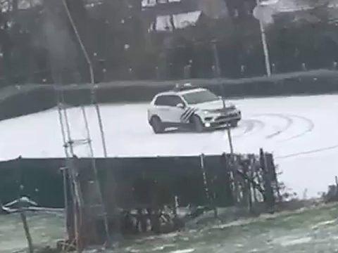 Opmerkelijke beelden: politie Dilbeek maakt donuts in de sneeuw