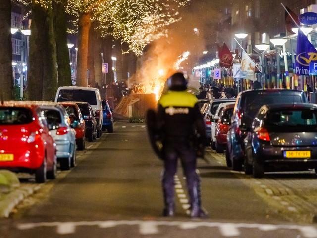 Opnieuw rellen en plunderingen bij ingaan avondklok in Nederland