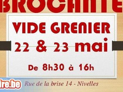Brocante - Vide grenier Individuel (1 brocanteur devant son garage)