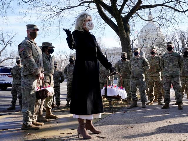 Jill Biden bedankt Nationale garde met koekjes