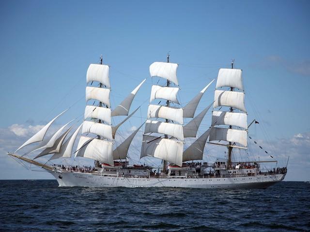 Driemaster Hogere Zeevaartschool meert aan langs nieuw cruiseponton in Antwerpen