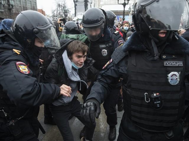 G7 zet druk op Rusland om aanhangers Navalni vrij te laten