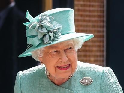 Pourquoi la reine Elizabeth II va-t-elle enfreindre le protocole ?
