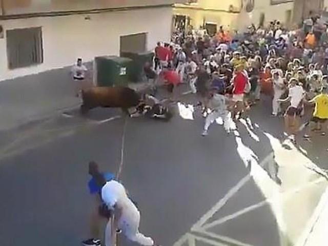 Vidéo choc: un homme encorné à plusieurs reprises par un taureau perd la vie près de Valence