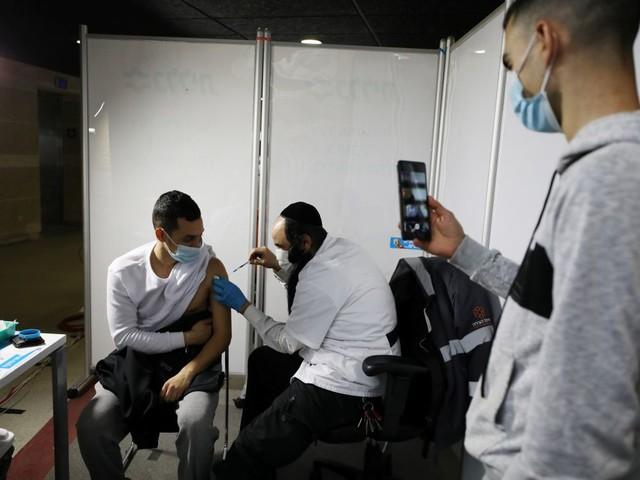 Israel dit avoir vacciné 50% de sa population contre le COVID-19