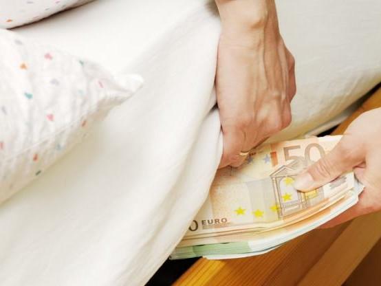 Epargne : cachez-vous de l'argent liquide sous votre matelas ?