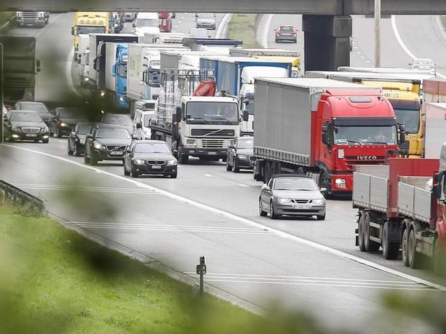 Une Range Rover roulant à grande vitesse percute un camion sur l'A12: le conducteur tué