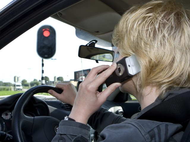 Betrapt op gsm'en achter het stuur? Meteen gedagvaard