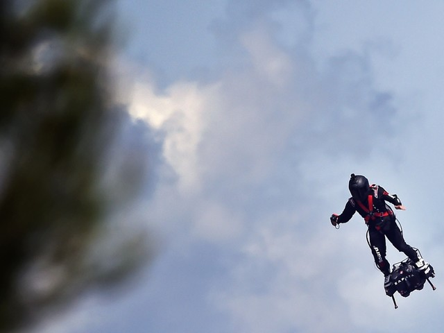 """Franky Zapata : le premier vol d'essai de sa """"voiture volante"""" prévu avant fin mars"""