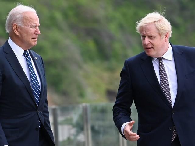 """Johnson dit voir en Biden un """"grand bol d'air frais"""""""