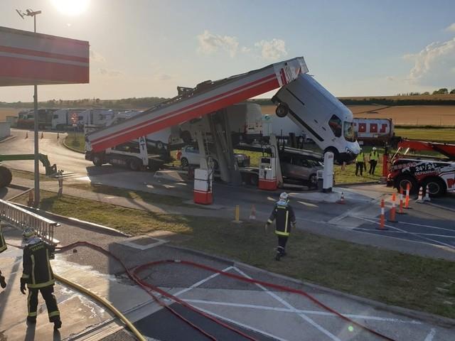 Marne : un camion s'encastre sur le toit d'une station-service