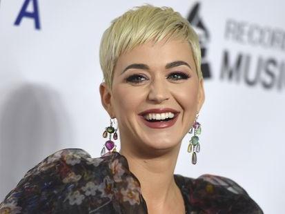 """Katy Perry accusée d'avoir dénudé son partenaire de """"Teenage Dream"""""""