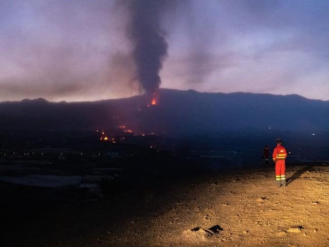 Éruption volcanique aux Canaries : un nouveau cratère apparaît et provoque une impressionnante coulée de lave (Mise à jour)