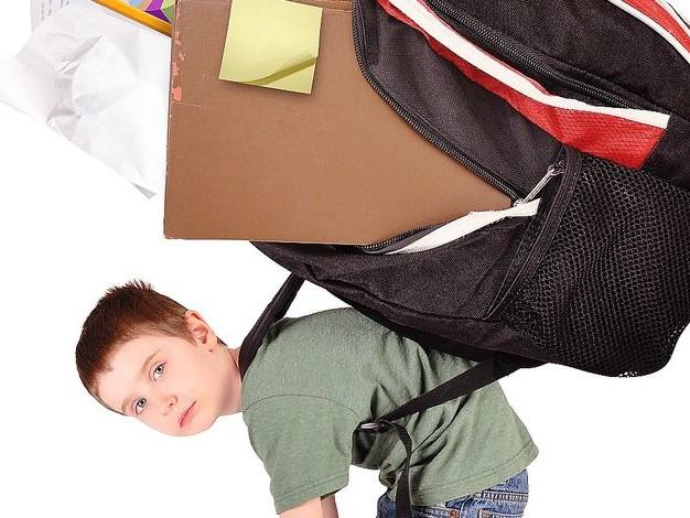 Mal de dos de nos enfants : non, le cartable à roulettes n'est pas la solution