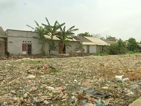 Schrijnend: rivier zodanig vervuild door plastic afval dat water nauwelijks zichtbaar is