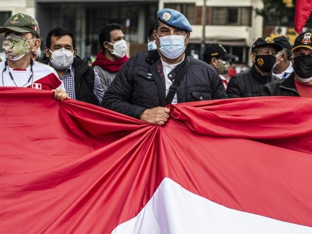 """Election au Pérou: d'ex-militaires manifestent contre des """"fraudes"""""""