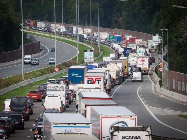 Jaar na invoering reddingsstrook rijden hulpdiensten zich nog altijd vast in de file: hoeveel boete riskeer je?