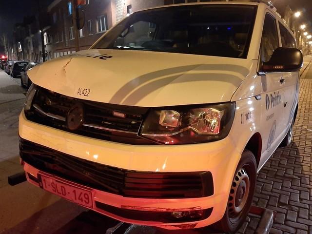 Bestuurder ramt twee combi's: politie sleurt agressieve man uit wagen na achtervolging
