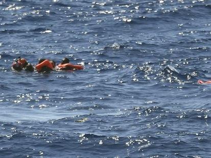 """Open Arms: des migrants désespérés se jettent à l'eau, """"la situation est hors de contrôle"""""""