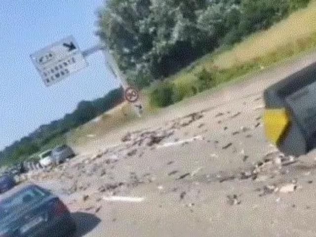 Trois camions accidentés sur l'autoroute: des automobilistes s'arrêtent… pour récupérer la marchandise tombée au sol… (vidéo)