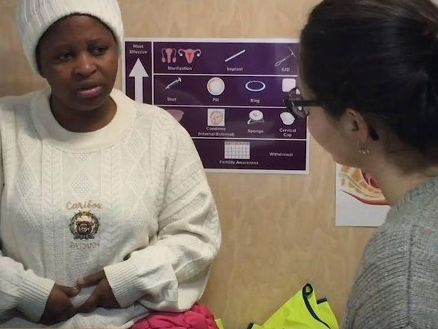 Ce camion solidaire sillonne Paris afin de prodiguer des soins gynécologiques aux femmes démunies