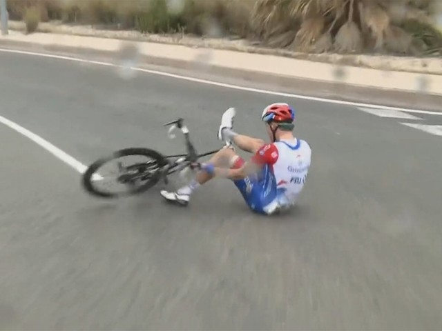 Miles Scotson verrast concurrentie in openingsetappe Ronde van Valencia, ondanks slipper in slotfase