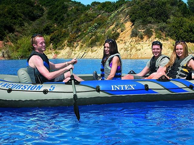 Profitez de balades relaxantes sur l'eau cet été grâce à ce bateau gonflable