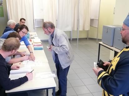 Insolite: les citoyens vont voter en habits de marcheurs à Solre-sur-Sambre