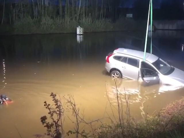 Wagen belandt in kanaal, bestuurder kan zichzelf redden