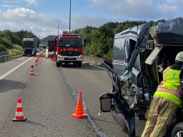 Accident sur la E411 peu avant Wellin: une personne éjectée de son véhicule