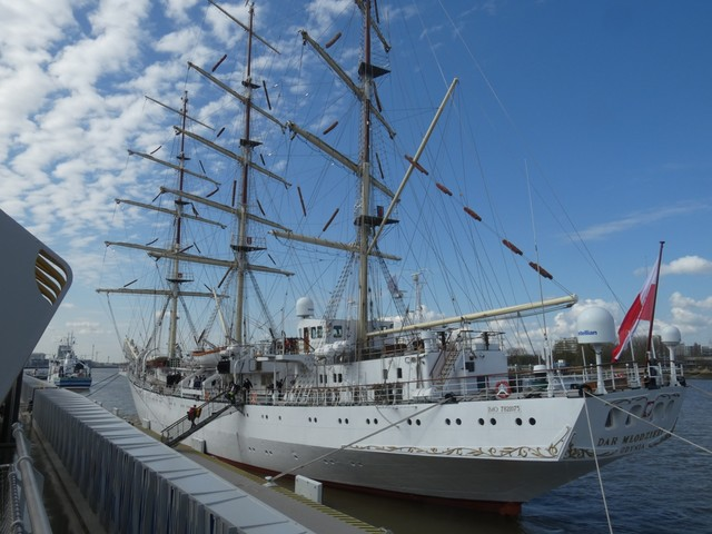 Driemaster meert aan langs nieuw cruiseponton in Antwerpen