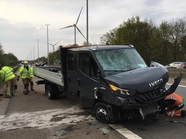Lichte vrachtwagen kantelt na ongeval op E313