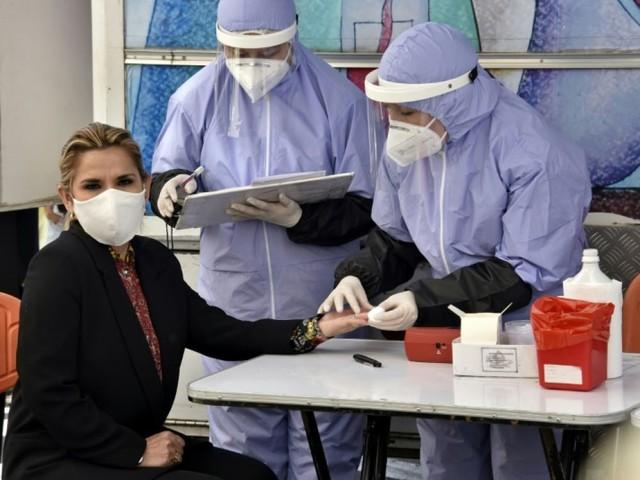 La présidente de Bolivie annonce qu'elle a été testée positive au coronavirus