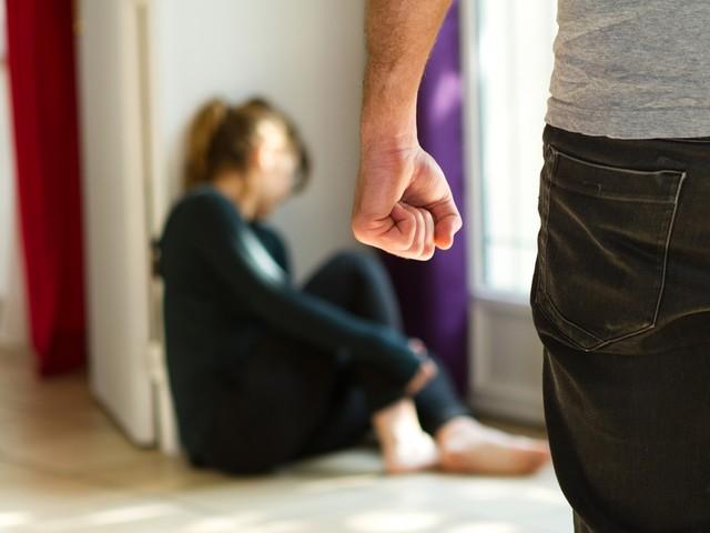 Alkenaar terroriseert appartementsgebouw: buurvrouw van de trap gegooid
