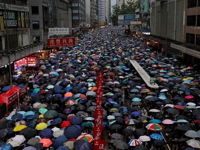 Regen houdt boze Hongkongers niet thuis: 'Betogen is echt het laatste dat we willen doen'
