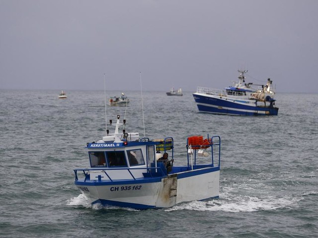 Brexit: la France envoie deux navires militaires non loin de Jersey où une cinquantaine de bateaux de pêches protestent