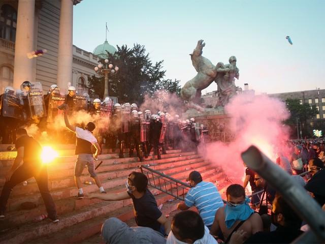 Servische regering stelt maatregelen bij na fel protest in Belgrado