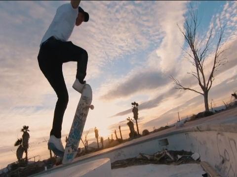 Stuntdrone zorgt voor spectaculaire video van skater in verlaten waterpark