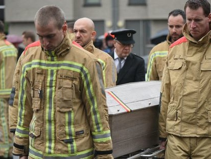 Décès de deux pompiers à Beringen: Un millier de personnes prennent part à une marche silencieuse en hommage aux 2 pompiers