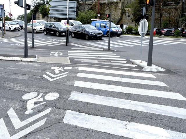Un policier bruxellois aide une dame à traverser et la photo de son geste devient virale (photo)