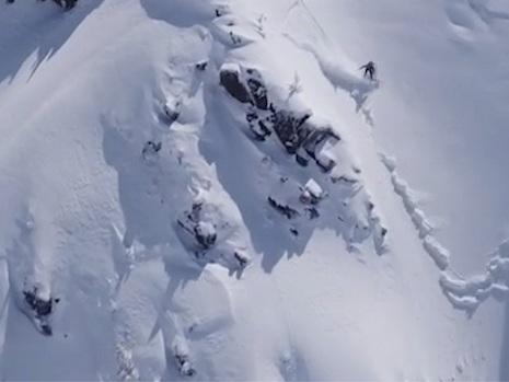Snowboarder ontsnapt op het nippertje aan lawine tijdens afdaling
